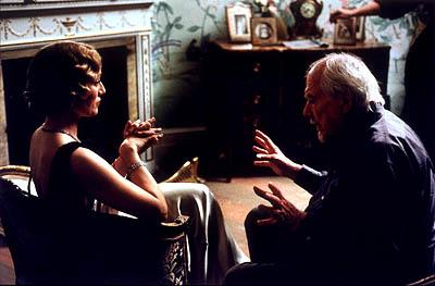 Kristin Scott Thomas and director Robert Altman on the set of USA Films' Gosford Park