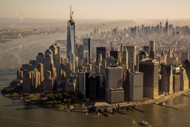 Il nuovo skyline di New York, con il ONe World Trade Center completo di pennone