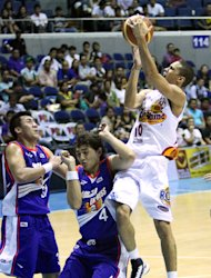 Gabe Norwood shoots against Yousef Taha and JR Sena. (PBA Images)