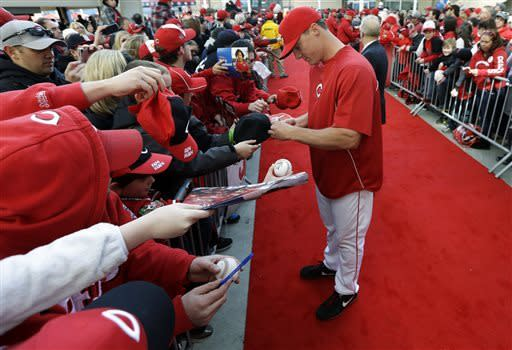 Votto's single in 9th leads Reds over Angels 5-4