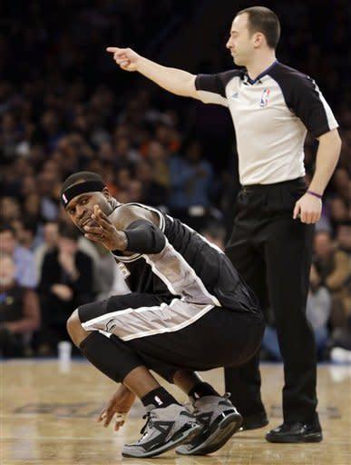 Knicks end Spurs' 7-game winning streak in romp