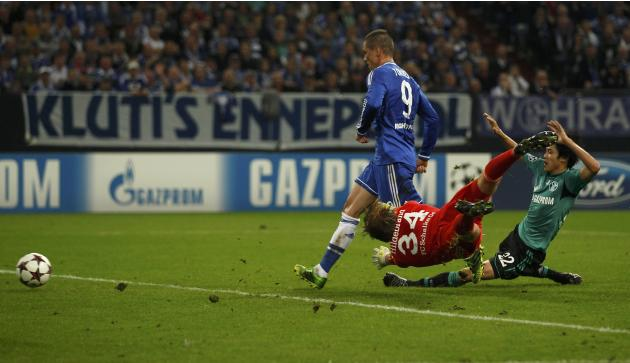 Chelsea's Torres scores a goal past Schalke 04's goalkeeper Hildebrand during their Champions League soccer match in Gelsenkirchen