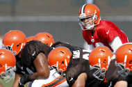 Una persona familiarizada con los Browns de Cleveland dijo el jueves 2 de agosto de 2012 a The Associated Press que el equipo de NFL ha sido vendido y se espera la aprobacin de la liga. En la imagen, el quarterback Colt McCoy, de los Browns, se prepara para iniciar jugada durante un campamento de entrenamiento de la NFL en Berea, Ohio, el lunes 30 de julio. (Foto AP/Ron Schwane)