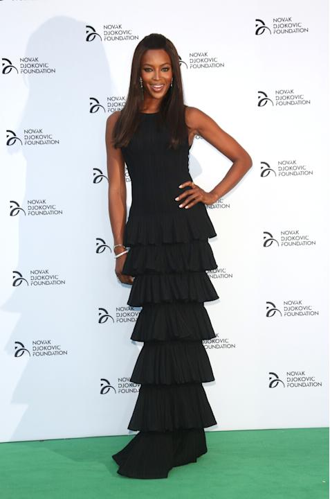Naomi Campbell in nero per beneficenza