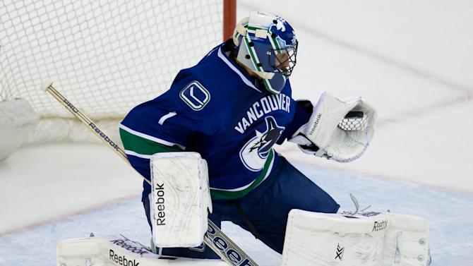 Luongo leads streaking Canucks past Oilers, 4-0