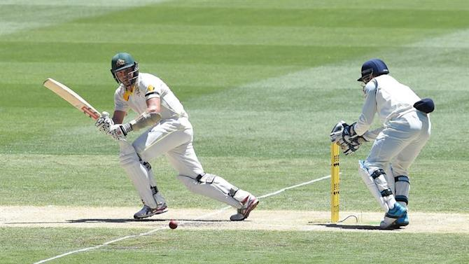 MLB. Melbourne (Australia), 27/12/2014.- Australian batsman Ryan Harris (L) plays a stroke during the second session on the second day of the Boxing Day test against India at the MCG in Melbourne, Australia, 27 December 2014. EFE/EPA/JULIAN SMITH AUSTRALIA AND NEW ZEALAND OUT IMAGES TO BE USED FOR NEWS REPORTING PURPOSES ONLY, NO COMMERCIAL USE WHATSOEVER, NO USE IN BOOKS WITHOUT PRIOR WRITTEN CONSENT FROM AAP
