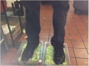 Empregado do Burger King pisa em alfaces e a foto vaza no 4Chan Alface