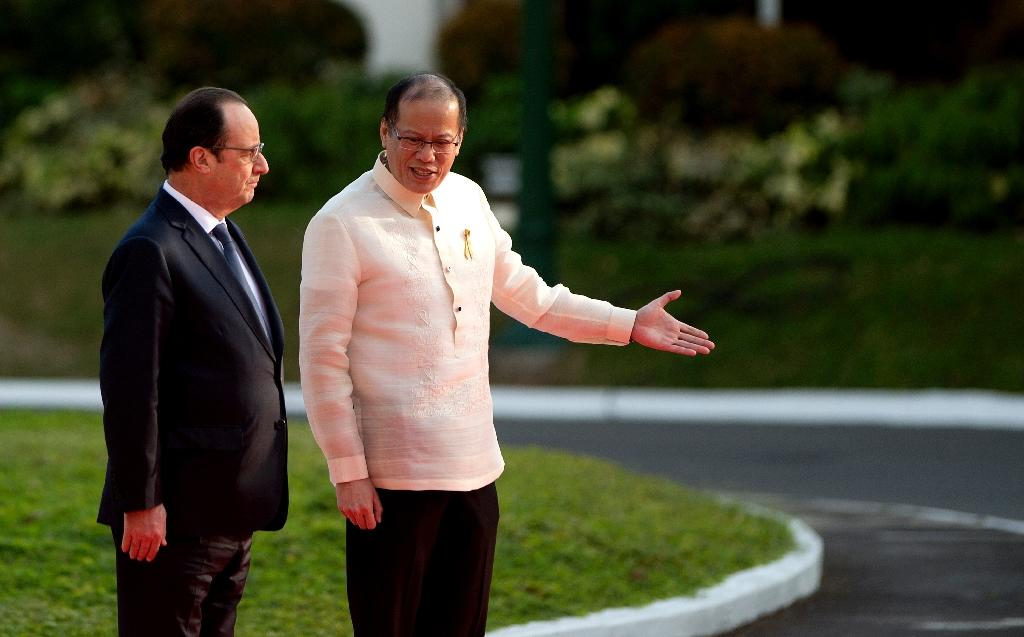 France's Hollande heads to typhoon-hit Philippine town