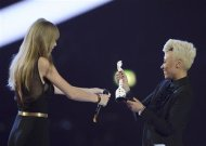 Singer Taylor Swift (L) presents Emeli Sande with the British Female Solo Artist award at the BRIT Awards, celebrating British pop music, at the O2 Arena in London February 20, 2013. REUTERS/Dylan Martinez