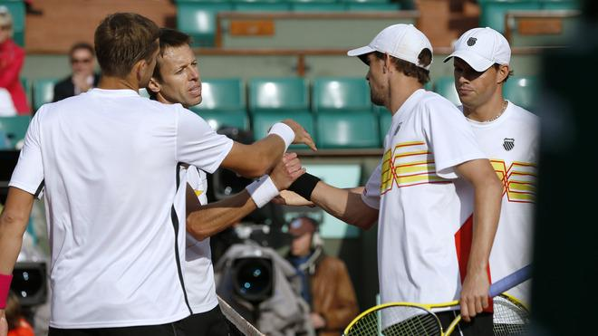 US Bob Bryan (2ndR) And US Mike Bryan (R) Shake Hands AFP/Getty Images