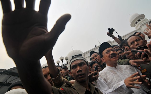JAKARTA, 14/9 - KAMPANYE PERTAMA FOKE. Calon Gubernur DKI Fauzi Bowo (tengah) usai melaksanakan Salat Jumat di Masjid Al Azhar, Kebayoran Baru, Jakarta Selatan, Jumat (14/9). Kampanye putaran kedua te