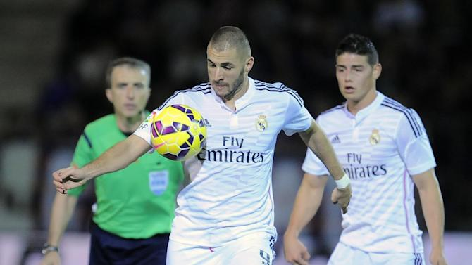 Real Madrid's Karim Benzema of France, front, controls the ball during their La Liga soccer match between SD Eibar and Real Madrid, at Ipurua stadium in Eibar, northern Spain, Saturday Nov. 22, 2014. (AP Photo/Alvaro Barrientos)