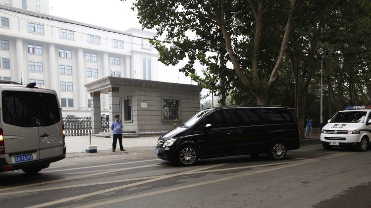 A minivan believed to be carrying disgraced Chinese politician Bo arrives at the Jinan Intermediate People's Court, in Jinan