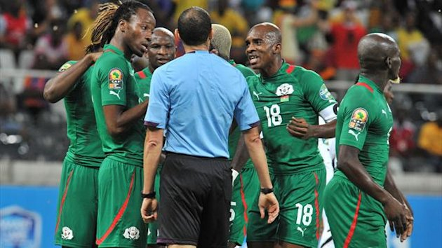 SOUTH AFRICA, Nelspruit, AFP : Burkina Faso's players argue with Tunisian referee Slim Jdidi after he gave Ghana a penalty kick during the 2013 African Cup of Nations semi-final football match Burkina Faso vs Ghana, on February 6, 2013 at Mbombela Stadium