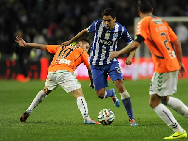 FC Porto's Carlos Eduardo, from Brazil, drives the ball past Vitoria Setubal's Miguel Pedro, left, and Pedro Queiros in a Portuguese League soccer match at the Dragao Stadium in Porto, Portuga