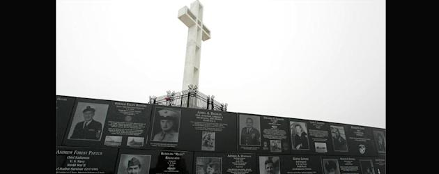 The Mount Soledad cross stands over the National War Memorial in La Jolla, Calif. (REUTERS/Mike Blake)