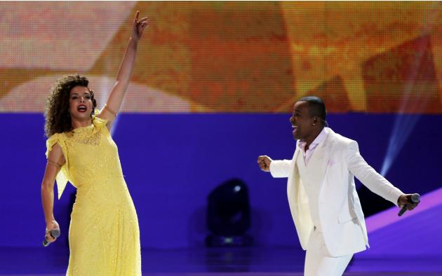 Brazilian singers Vanessa de Mata and Alexandre Pires perform during the draw for the 2014 World Cup at the Costa do Sauipe resort in Sao Joao da Mata