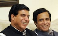 Newly elected Pakistan&#39;s Prime Minister Raja Pervez Ashraf (L) and Pervez Elahi the leader of the main coalition party of Pakistan Muslim League Quaid smile during a meeting in Islamabad