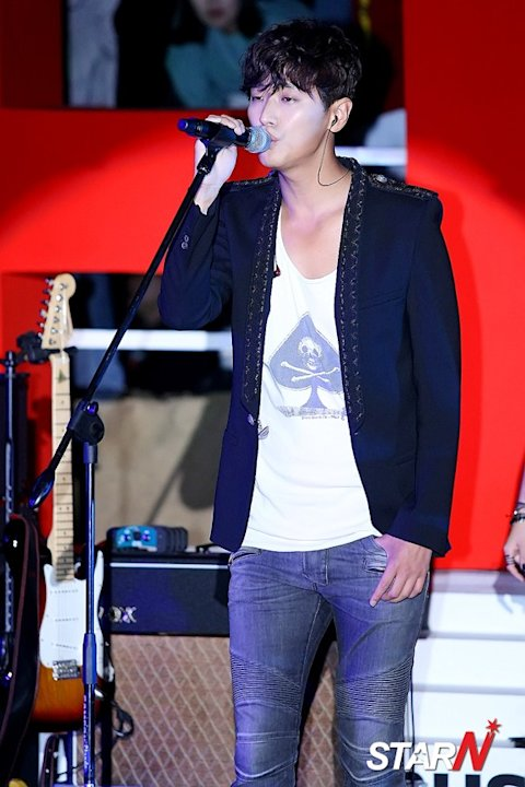 [Photo] Joo Ji Hoon showing off his great vocal skill