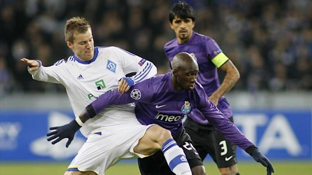 Dynamo Kiev's Andriy Yarmolenko (L) fights for the ball with Porto's Eliaquim Mangala during their Champions League Group A