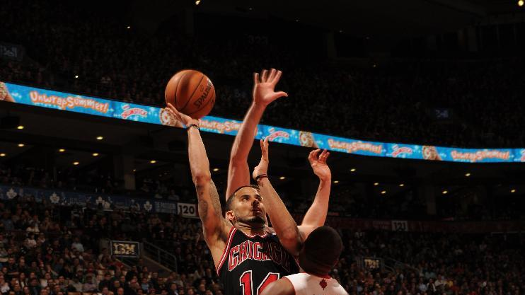 Boozer scores 20 and Bulls beat Raptors 94-92