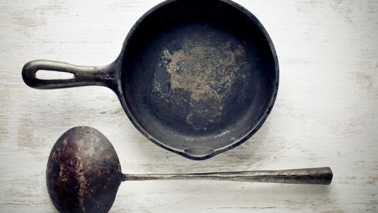Stuff You Should NEVER Cook In A Cast-Iron Pan