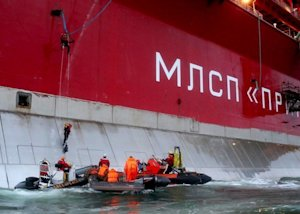 Greenpeace activists attempt to board the 'Prirazlomnaya' …