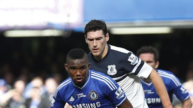 Chelsea's Samuel Eto'o, left, controls the ball in front of Everton's Gareth Barry, right, during an English Premier League soccer match at the Stamford Bridge ground in London, Saturday, Feb. 22, 2014. Chelsea won the match 1-0. (AP Photo / Lefteris Pitarakis)