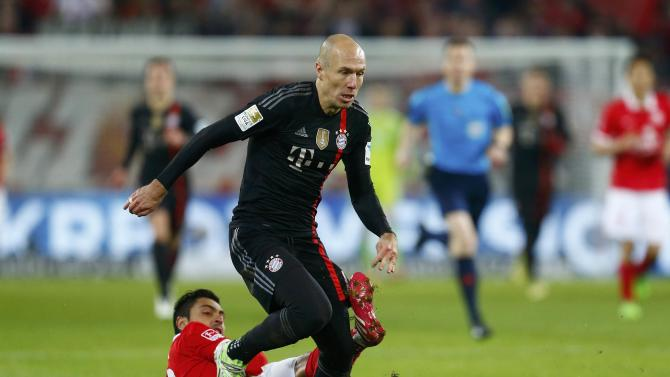 FSV Mainz 05's Jara fights for the ball with Bayern Munich's Robben during their German first division Bundesliga soccer match in Mainz