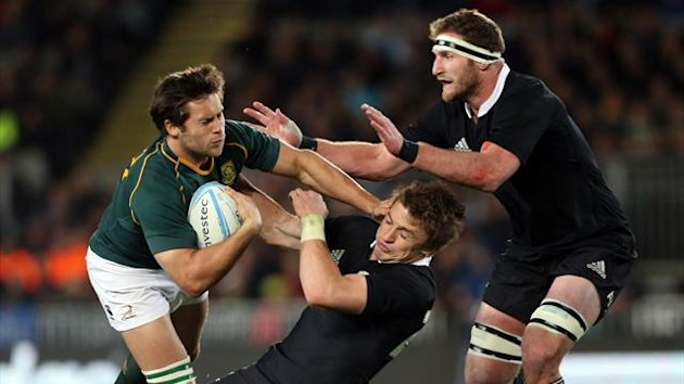 Jan Serfontein of South Africa (L) is tackled by Beauden Barrett (C) and Kieran Read (R) of New Zealand (AFP)