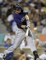 El novato de los Rockies de Colorado Josh Rutledge batea un doblete productor en el quinto episodio de un partido contra los Dodgers de Los Angeles el martes, 7 de agosto del 2&#39;012. (Foto AP/Gus Ruelas)