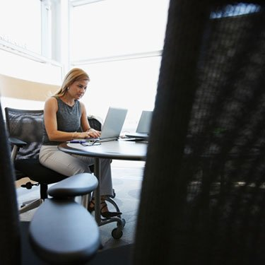 Woman-at-desk-in-large-empty-office_web