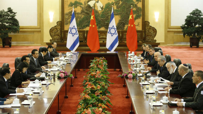 China's Premier Li Keqiang, third from left,  attends a meeting with Israel's Prime Minister Benjamin Netanyahu, fourth from right, at the Great Hall of the People in Beijing Wednesday, May 8, 2013. (AP Photo/Kim Kyung-Hoon, Pool)
