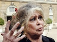 <p>File picture of French actress Brigitte Bardot outside the Elysee Palace in Paris on September 27, 2007. Around 200 people formed a human chain in a French zoo Sunday to call for a reprieve for two ailing elephants whose death sentence has led Bardot to threaten to go into exile in Russia.</p>