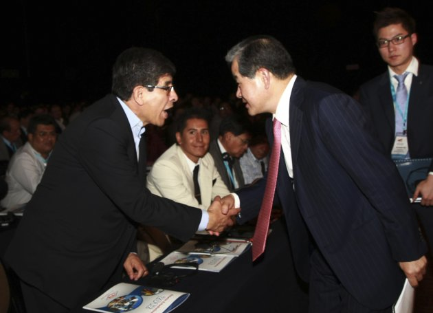Ki-Seok, CEO and President of Samsung Company, shakes hands with President of YPFB  Villegas during the third International Congress of Oil and Gas in Santa Cruz