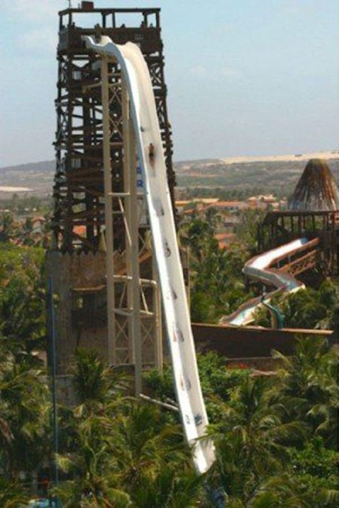 Beach Park - Fortaleza (Brsil) Ce toboggan a un nom trs explicite, et c&amp;#39;est bien la seule chose que vous devriez retenir avant de vous lancer : la folle glissade auquatique. Haut de 41 mtres, I