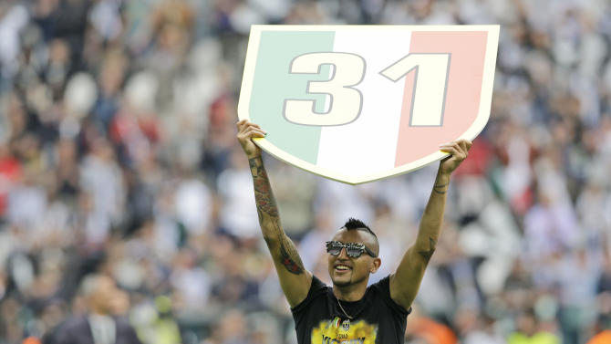 Juventus midfielder Arturo Vidal, of Chile,  celebrates at the end of a Serie A soccer match between Juventus and Palermo, at the Juventus stadium, in Turin, Italy, Sunday, May 5, 2013. Juventus edged Palermo 1 - 0 to win its second consecutive title. (AP Photo/Luca Bruno)