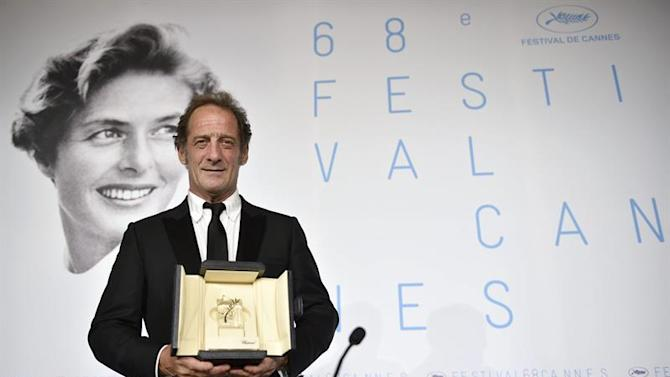 FRA. Cannes (France), 24/05/2015.- French actor Vincent Lindon poses with the Best Performance by an Actor award for 'La Loi du Marche' during the Award Winners press conference at the 68th annual Cannes Film Festival, in Cannes, France, 24 May 2015. (Cine, Francia) EFE/EPA/FRANCK ROBICHON
