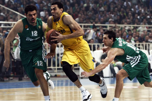 Maccabi Tel Aviv's David Blu (C) vies with Panathinaikos' Kostas Tsartsaris (L) during their Euroleague Basketball, quarter-final, game 5, in Athens on April 5, 2012.  AFP PHOTO / ANGELOS TZORTZINIS (