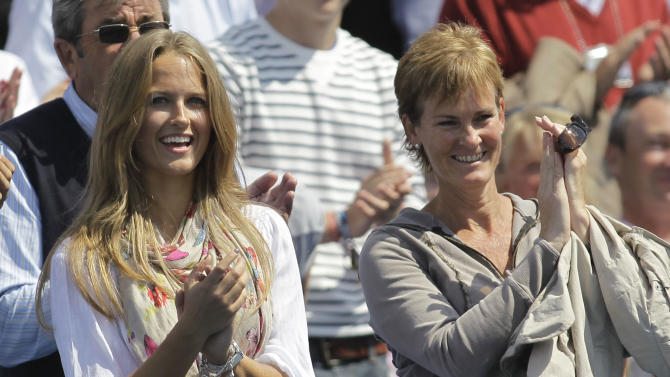 Britain's Andy Murray's mother Judy, right, and girlfriend Kim Sears applaud his win over U.S.'s Andy Roddick at the end of their single semifinal tennis match at the Queen's Club grass court championships in London, Saturday, June 11, 2011. Murray won by 6-3, 6-1. (AP Photo/Sang Tan)