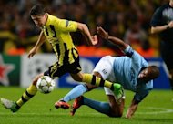 Borussia Dortmund&#39;s Polish forward Robert Lewandowski (L) vies with Manchester City&#39;s Belgian midfielder Vincent Kompany during the UEFA Champions League football match between Manchester City and Borussia Dortmund at the Etihad stadium, in Manchester. The match ended in a 1-1 draw