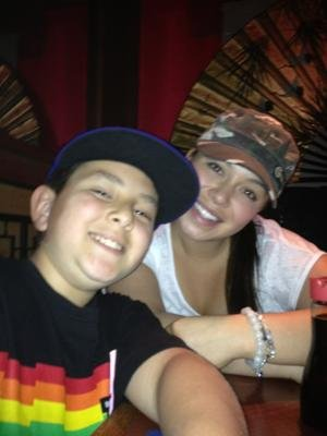 Chiquis junto a su hermano menor Johnny-Twitter