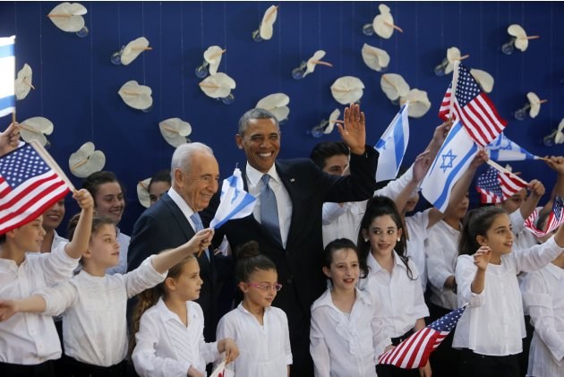 U.S. President Obama and Israel's President Peres pose for a photo with Israeli children at Peres' residence in Jerusalem