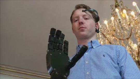 19-Year-Old Uses 3D Printing to Create Cheap Robotic Arm Controlled by Brainwaves