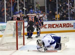 Isles top Lightning, keep pace in playoff race