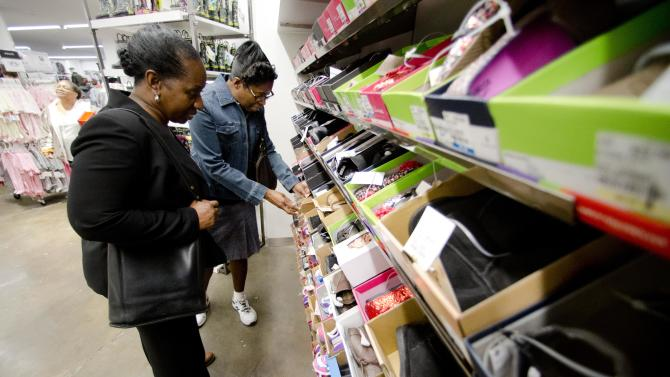 US retail sales rise ahead of holiday shopping