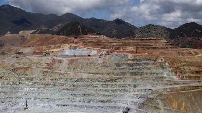 """View of the """"Buena Vista"""" copper mine in Cananea, Sonora state on August 13, 2014, which leaked sulfuric acid five days ago, seriously polluting the Sonora River"""