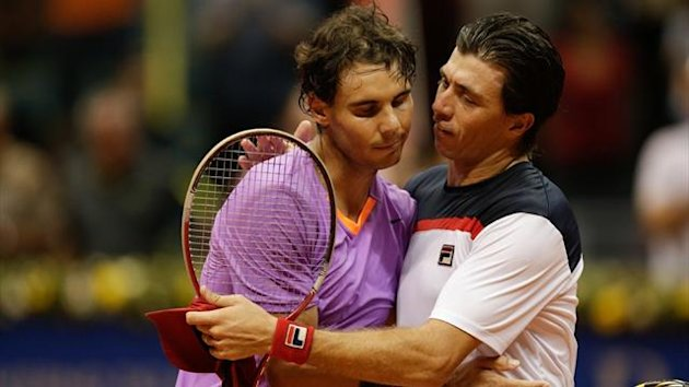 Rafael Nadal (L) and Carlos Berlocq at the end of their quarter-final at the Brazil Open (AFP)