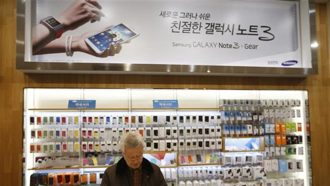 A man tries out a Samsung Electronics' Galaxy S4 at the company's headquarters in Seoul