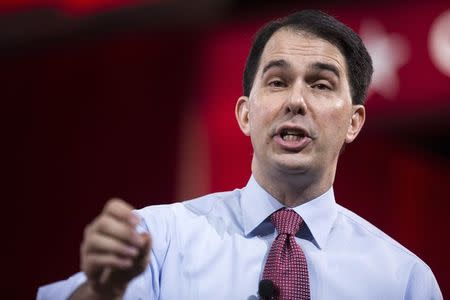 Republican Scott Walker wows conservatives despite verbal stumbles